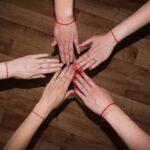 Fir roșu pe mână – de ce și cum să-l porți?